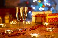 テーブルの上のシャンパングラスとキャンドル