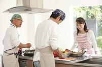 キッチンで料理を教える日本人女性