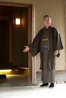 玄関の前に立つ中高年男性