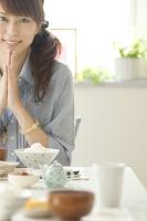 食事を前に手を合わせる日本人女性