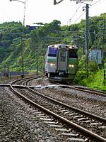 車体を傾けながらカーブを走る列車