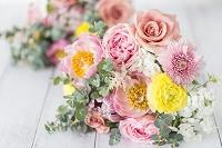 2個の芍薬とラナンキュラス、ユーカリの花束