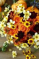 オレンジバラとチョコレートコスモス