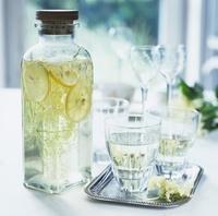 レモンの入ったボトル