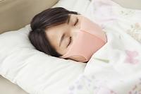 マスクをつけて眠る日本人女性