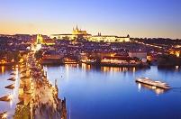チェコ プラハ カレル橋と街並み 夕景