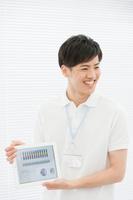タブレットを持つ日本人男性