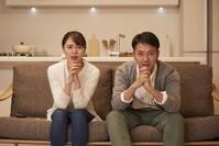 TV鑑賞をする日本人夫婦