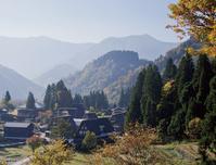 富山県 朝もやの残る紅葉の五箇山相倉集落