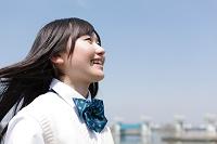 笑顔で遠くを眺める女子高生