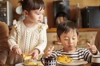 食事をする日本人の子供たち