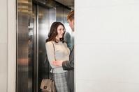 エレベーターの若いカップル