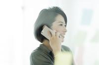 電話をかける日本人ビジネスウーマン