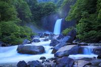 新潟県 月明かりの苗名滝