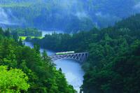福島県 三島町 朝霧の只見川と只見線
