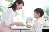 母親の手伝いをする男の子