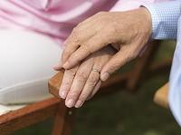 手を添えるシニア夫婦の手元