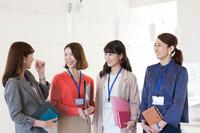 仕事をする日本人女性