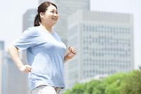 ウォーキングする太った女性