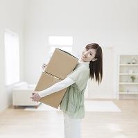 段ボール箱を抱える日本人女性