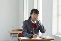 授業中に体調が悪くなる女子高生と欠席の机