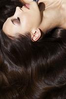 美しい黒髪の外国人女性
