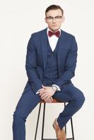 スーツを着た若い男性