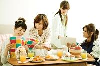 部屋でくつろぐ若い日本人女性