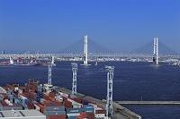 横浜港 本牧埠頭のコンテナとベイブリッジ