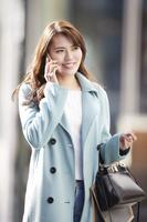 携帯電話で話す日本人女性
