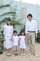 花に囲まれた庭でに立つ日本人家族