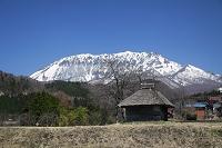 鳥取県 大山と茅葺小屋