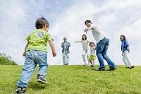 公園で遊ぶ3世代
