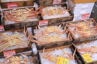 兵庫県 城崎温泉の商店に並ぶ冬の味覚の松葉がに