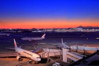 東京都 東京国際空港から富士山と飛行機の夜景