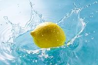 水面で跳ねるレモン