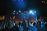 DJのステージを中心としたナイトクラブ