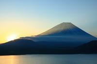 山梨県 本栖湖と富士山と朝陽