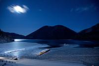 北海道 凍り始めた月夜の然別湖
