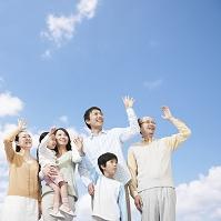 手を振って笑う日本人家族