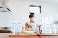 キッチンでお皿を拭く女の子