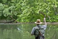 川釣りをする男性