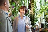 花屋でショッピングをするシニア夫婦