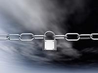 錠前を噛まして張られた鎖