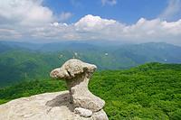 三重県 国見岳のキノコ岩と鈴鹿山脈北部の山々