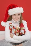 クリスマスの飾りを持つ女の子