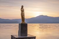 秋田県 朝の辰子像と田沢湖