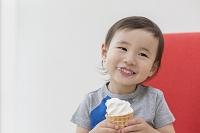 ソフトクリームを食べる日本人の男の子