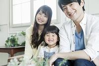 幸せそうな20代の若い夫婦と日本人の子供