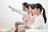 テレビを見ている日本人家族